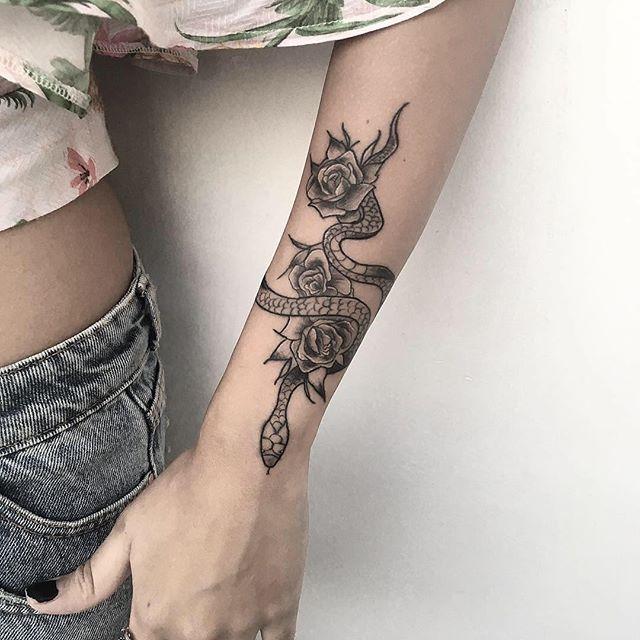 tatuagem feminina rosa e cobra