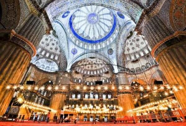 مسجد السلطان أحمد من الداخل يغلب عليه اللون الأزرق