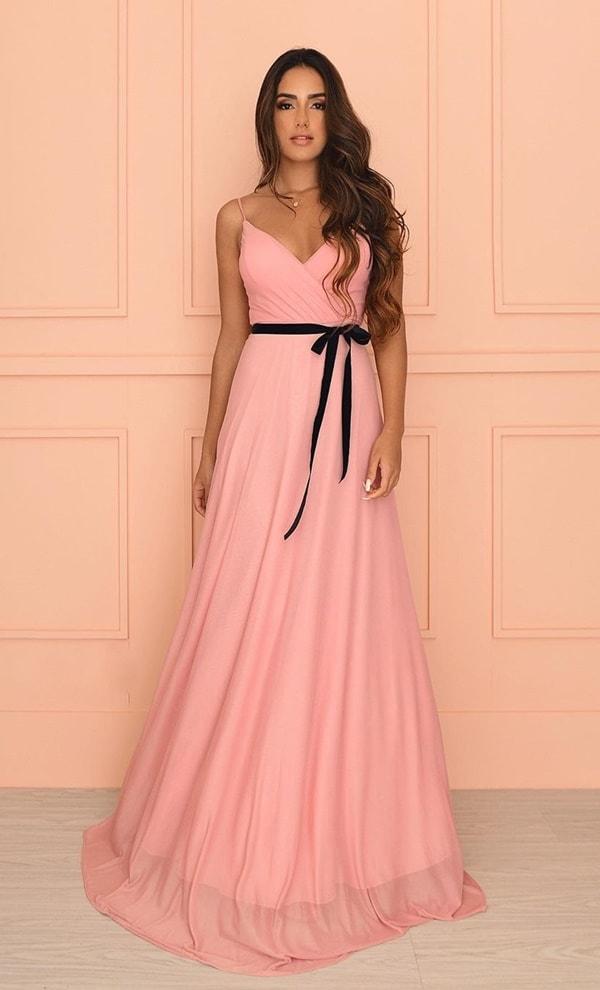 vestido longo rosa blush com cinto de veludo preto