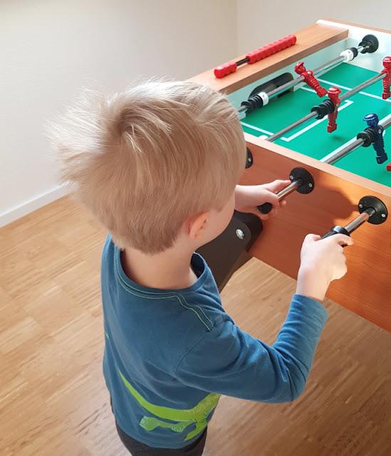 Vom Glück dieser Erde: Urlaub auf dem Küselhof und Reiterhof Witt auf Fehmarn. Ein Kicker ist ideal für Kinder zum Spielen im Haus.