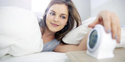chica con despertador
