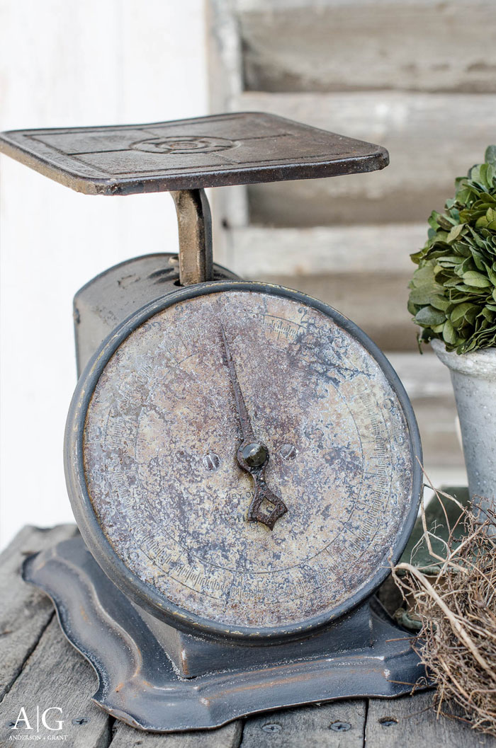 You've got to see this makeover of a vintage kitchen scale......It is a simple DIY way to transform a rusty antique #DIY #farmhouse #farmhouseDIY #andersonandgrant