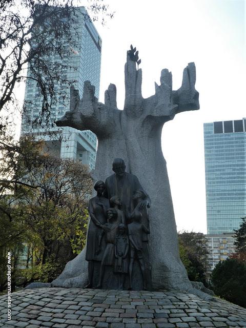 monumento en honor a el Orfanato para niños judíos en Varsovia