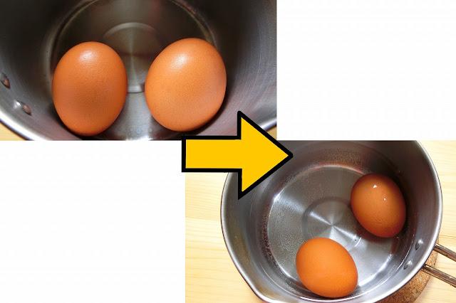 卵を冷蔵庫から出し、常温に戻したらちょっと熱めのお湯(目安42~43度)をはったボウルや鍋に5分浸し、卵の温度を調節します。  その間に茹で用の小鍋に湯を沸騰するように中火にかけ始めます。