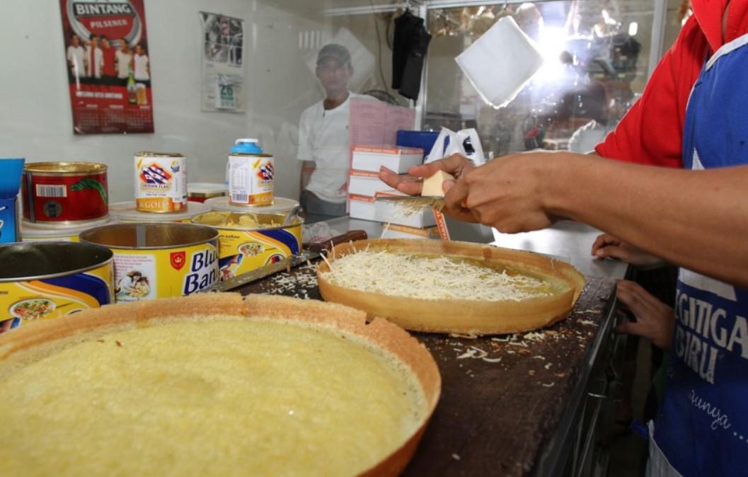 proses pembuatan martabak keju manis