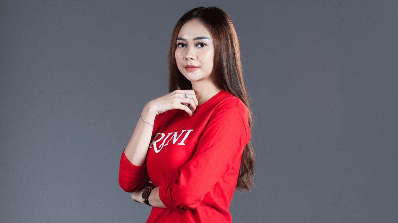 Rambut Pirang dan Baju Kaos Keta Wallpaeprp Aura Kasih Manis dna hot