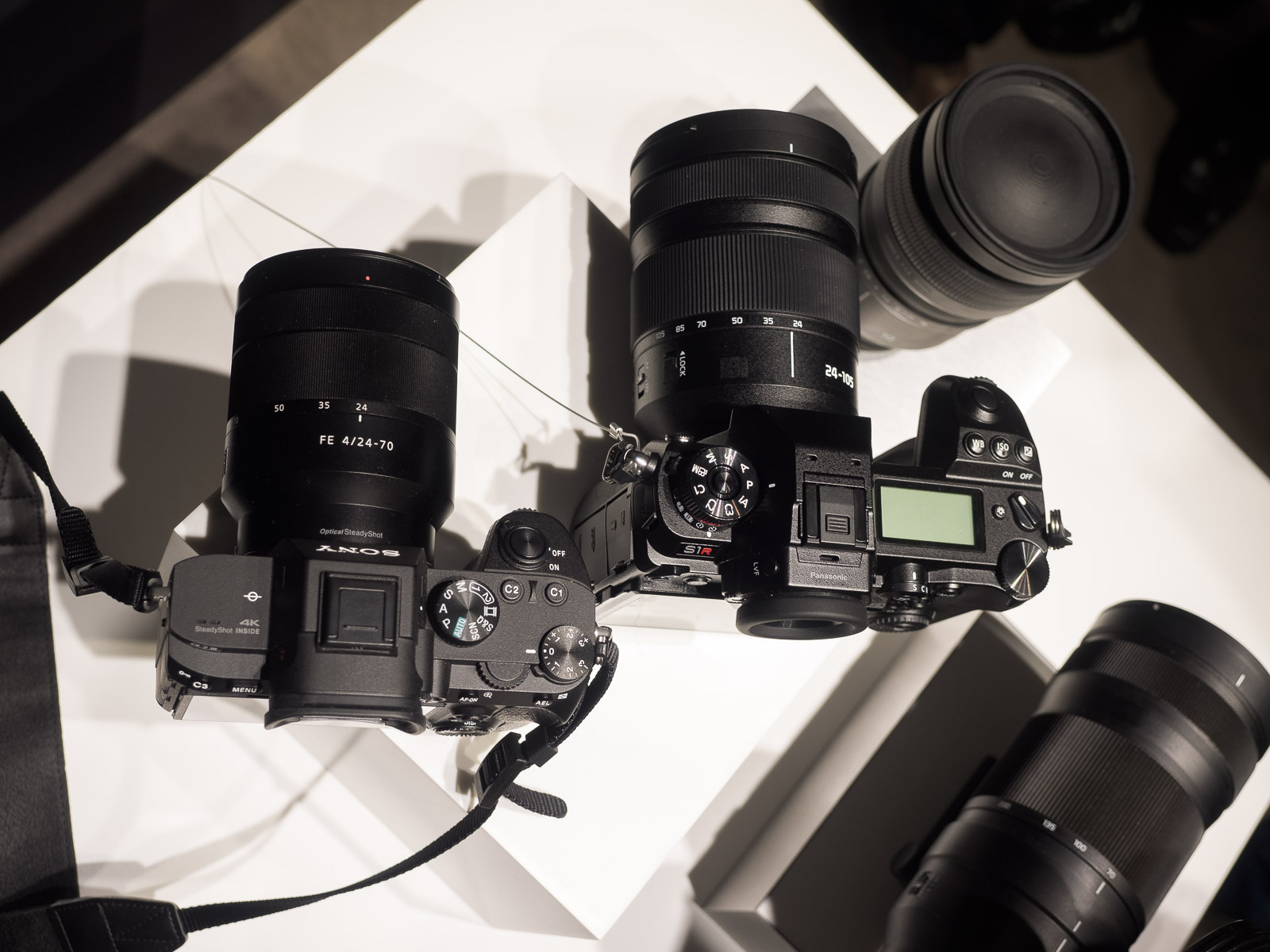 Сравнение габаритов Panasonic S1R и Sony A7 III