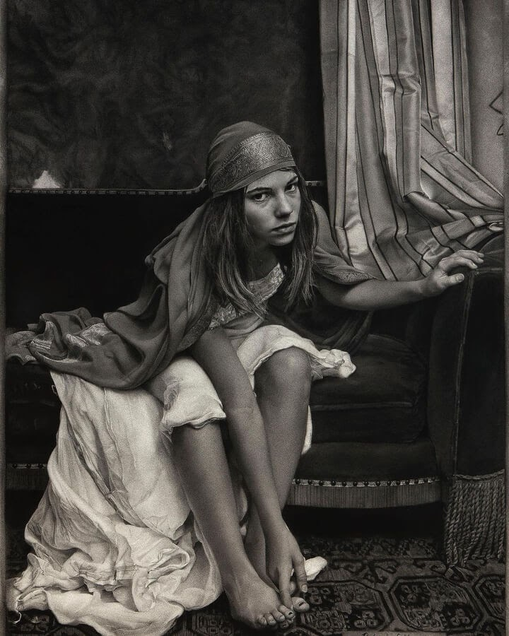 01-Charcoal-Portraits-Annie-Murphy-Robinson-www-designstack-co