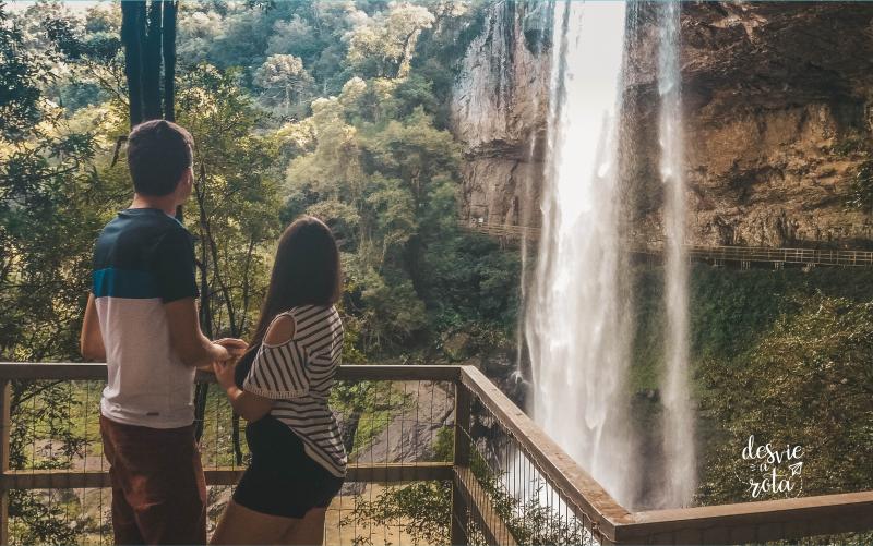 Casal de costas olhando para a cascata