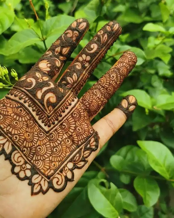 Small-cut-with-flowers-mehandi-design