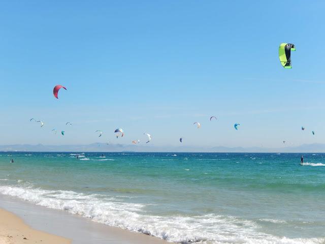 Paisaje de surf en la playa de Valdevaqueros