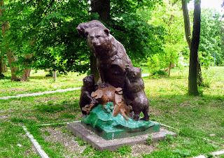 Жолква. Парк «Зверинец». Скульптура медведей