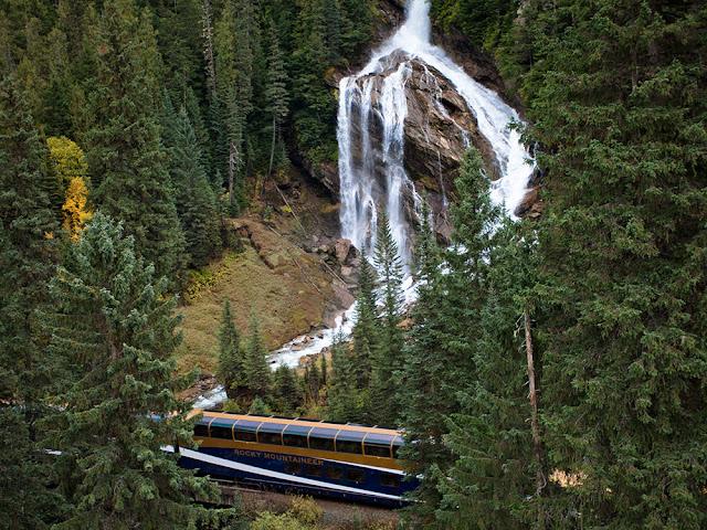 Un tren pasa cerca a las cascadas pirámide, Canadá