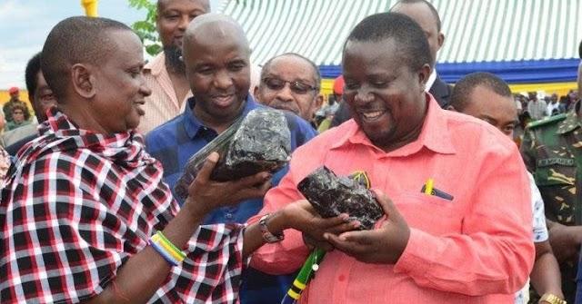 Él construirá una escuela y saldrá de la pobreza para siempre gracias a las dos piedras que ha encontrado.