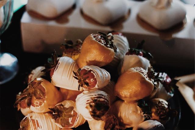 Alternatywne Targi Ślubne w Gdańsku Słodki stół, cukiernia,słodkości, Capuccino Cafe Sopot sweets strawberies in chocolate candy bar
