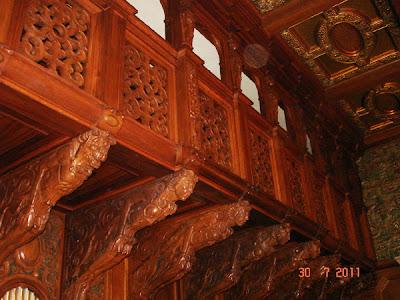 balcon scupltat in lemn