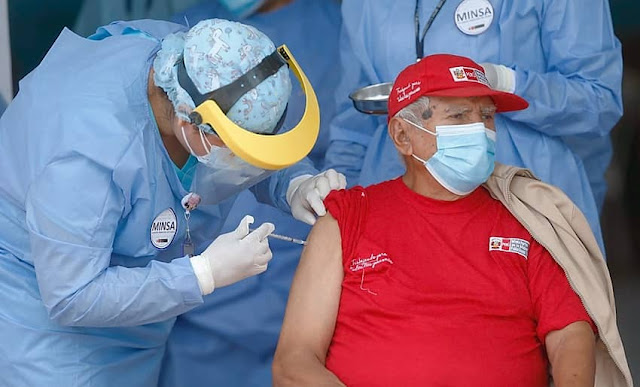 Perú inicia vacunación de adultos mayores según padrón de la Reniec