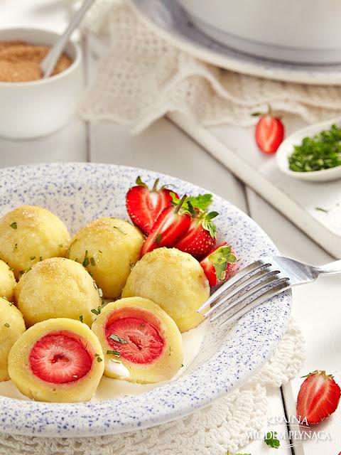 tradycyjne knedle ziemniaczane z truskawkami, knedle z owocami, knedle owocowe, kraina miodem płynąca,