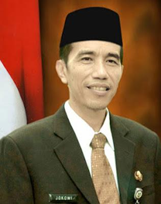 """Biografi Presiden Jokowi - Ir. H. Joko Widodo        Biodata   Nama : H.Joko Widodo (Jokowi)  TTL : Surakarta, 21 Juni 1961  Isteri : Iriana  Anak : Gibran Rakabuming , lulusan Universitas di Australia dan Singapura  Kahiyang Ayu , mahasiswi Universitas Negeri Sebelas Maret  Kaesang Pangarep , pelajar di Singapura  Biografi   Riwayat Kehidupan    Jokowi kecil adalah anak seorang """"tukang kayu"""". Setelah Beliau lulus dari SMA, kemudian melanjutkan kuliah di Fakultas Kehutanan Universitas Gajah Mada . Setelah lulus kuliah tahun 1985, dirinya merantau ke Aceh dan bekerja di salah satu BUMN. Kemudian ia kembali ke Solo dan bekerja di Perusahaan yang bergerak di bidang perkayuan, CV. Roda Jati. Setelah merasa cukup, pada tahun 1998, dirinya berhenti bekerja di CV tersebut dan memulai berbisnis sendiri bermodal dari pengalaman yang pernah ia miliki. Dengan kerja keras, ketekunan dan keuletan, akhirnya Jokowi berhasil mengembangkan bisnisnya dan menjadi seorang eksportir mebel.  Nama besar Joko Widodo mulai menjadi sorotan ketika itu, Jokowi terpilih menjadi Walikota Surakarta. Awalnya publik menyangsikan kemampuan pengusaha mebel ini untuk memimpin dan mengembangkan kota Surakarta, namun beberapa perubahan penting yang dibuat untuk membangun Surakarta di tahun pertama kepemimpinannya menepis keraguan ini. Mari Kita Flashback. Joko Widodo merupakan putra dari pasangan Noto Mihardjo dan Sujatmi"""