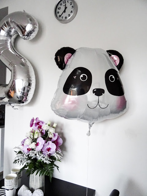 panda, teemajuhlat, kaksi vuotias, syntymäpäivät, lastenjuhlat, Pop up kemut, foliopallot, modernit kertakäyttöastiat, juhlatarvikkeet,