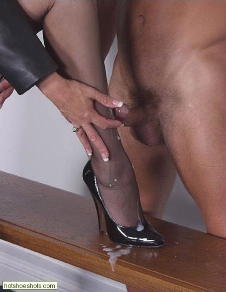 женщины ходят по мужскому члену в туфельках для тех