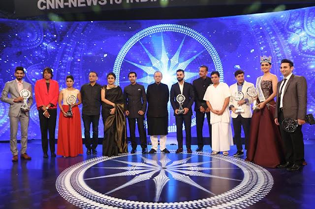 Virat Kohli and Manushi Chhillar taking award from Arun Jaitley