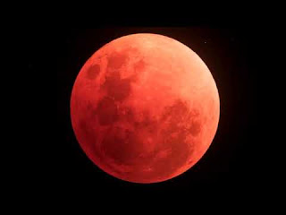 A foto mostra a Lua no estágio conhecido como Lua 🌙 de sangue.