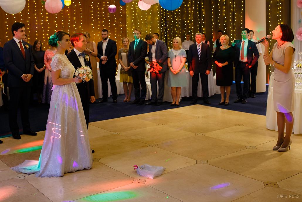 kāzu telpu izgaismošana slikta
