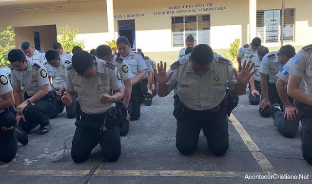 Policías guatemaltecos orando.