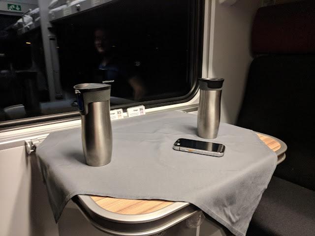 Стол в купе русского поезда
