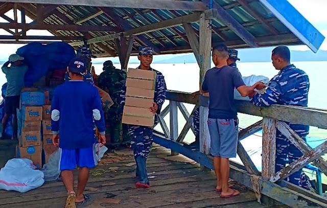 Gunakan Perahu, Satgas Banjir TNI AL Kendari Distribusikan Bantuan Korban Banjir Konut