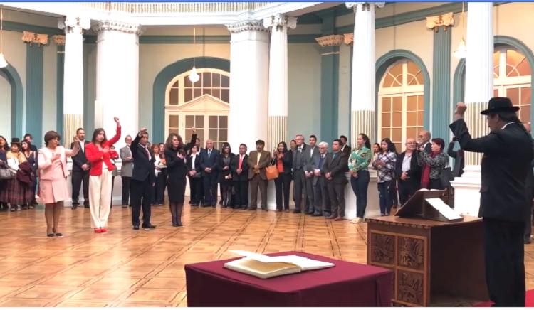 Juramento con puño en alto de los nuevos diplomáticos izquierdistas / CANCILLERÍA DEL ESTADO