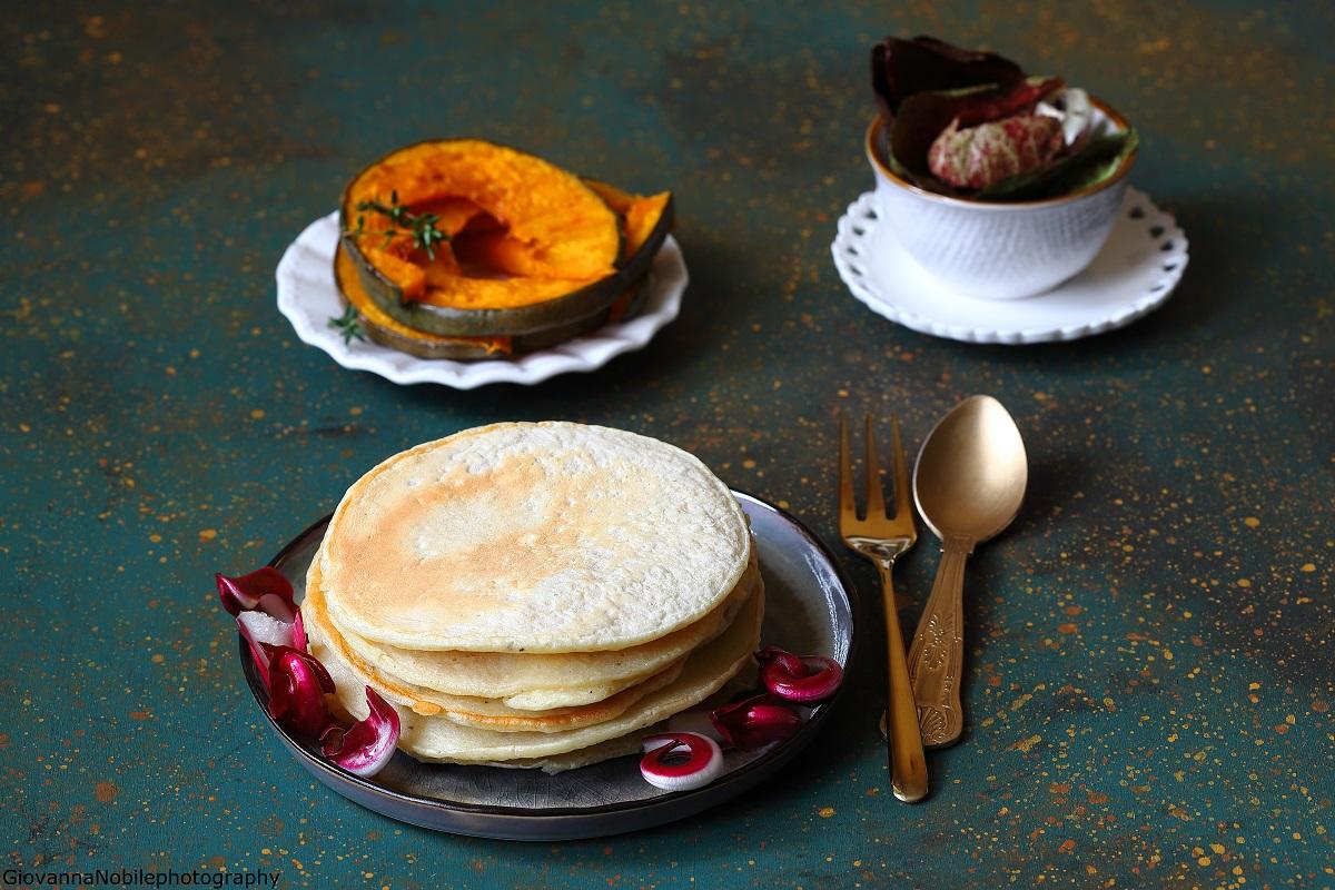 Pancake ai cipollotti, con zucca e insalata