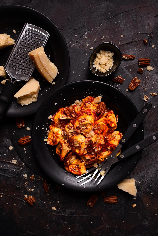 Tortellini z ricottą w sosie pomidorowym z parmezanem i pekanami