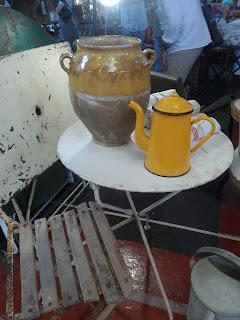 Detalle de cafetera y tarro para hacer foie del desembalaje de antiguedades de La Lechera en Torrelavega Cantabria