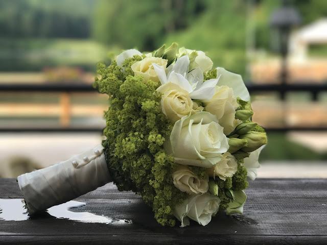 Brautstrauß mit Calla und cremefarbenen Rosen, Trachtenhochzeit in Himmelblau und Weiss, heiraten auf der Zugspitze, feiern im Riessersee Hochzeitshotel in Garmisch-Partenkirchen, Hochzeitsplanerin Uschi Glas
