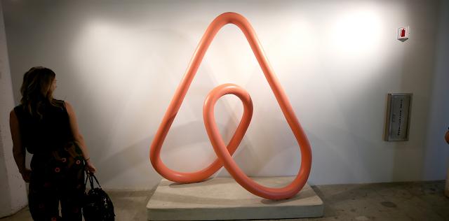 التسجيل في أير بي إن بي شعار Airbnb ، تحول إلى عمل فني وعرض في سان فرانسيسكو في أكتوبر 2018. | فيليب فراوني / وكالة الصحافة الفرنسية
