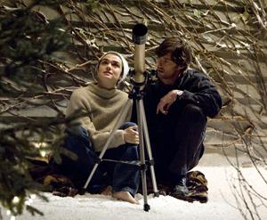Rachel Weisz en la fuente de la vida mirando las estrellas