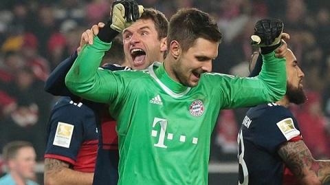 Sven Ulreich ăn mừng chiến thắng cùng với đồng đội