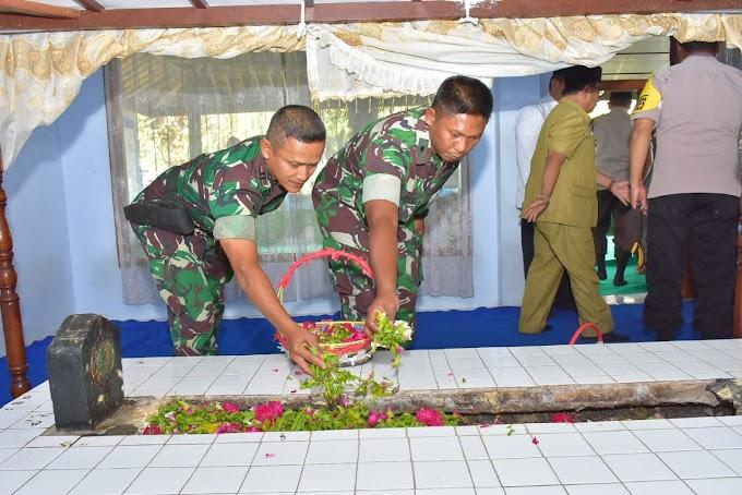 PLT Kasdim 0808/Blitar bersama Forpimda  Ziarah ke makam Presiden pertama dan para leluhur