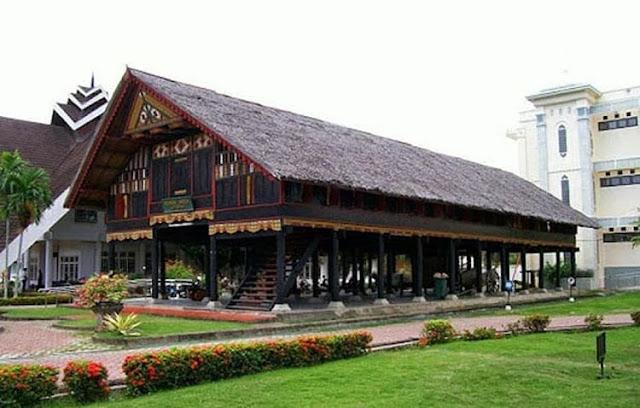 """Rumah Adat Provinsi Nanggroe Aceh Darussalam """"Krong Bade"""""""