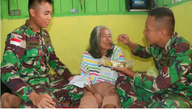 Cerita Haru Prajurit TNI AD Rawat Nenek Sebatang Kara di Merauke