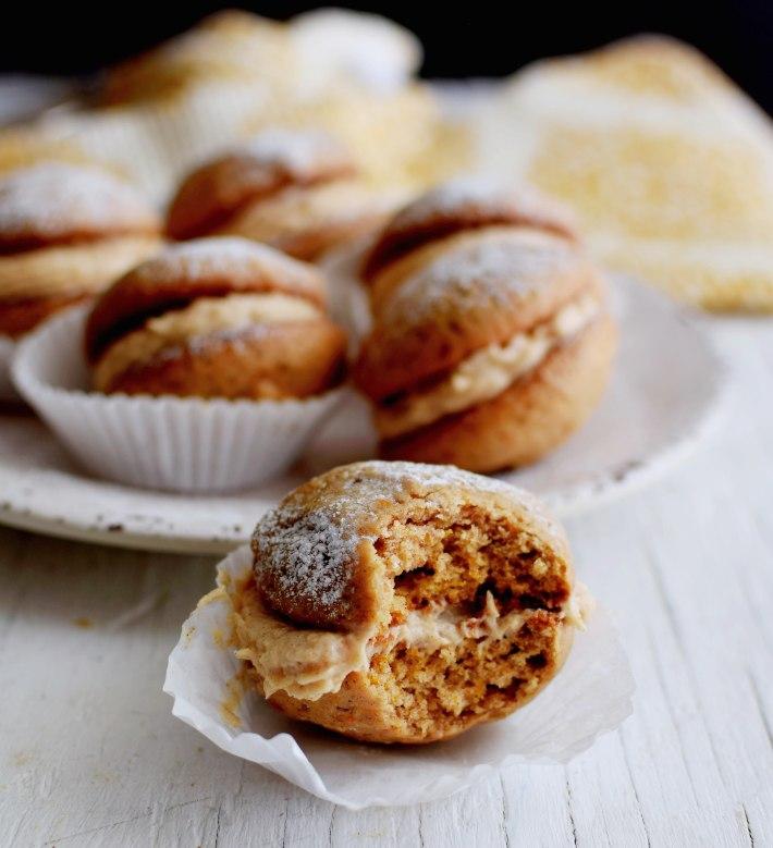 Bocaditos de calabaza o whoopie pies, se puede apreciar la textura de la galleta y el relleno de queso crema