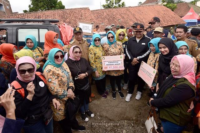 DWP Jabar Serahkan Bantuan untuk Warga Desa Cipeundeuy  Terdampak Banjir