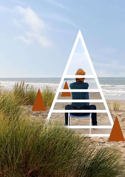 Simply sitting at the beach, Frau sitzt am Meer