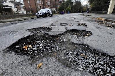 Tips Mengemudi Mobil Di jalanan Rusak