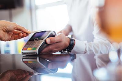 cliente realizando un pago con una tarjeta de crédito en islandia