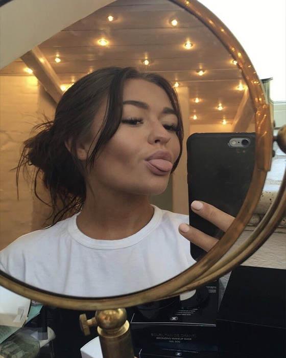 selfie tumblr sola espejo sacando lengua