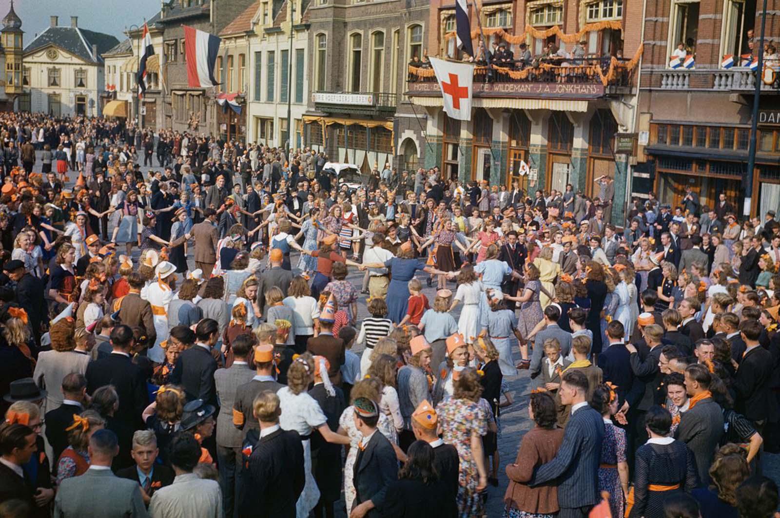 Holland civilek táncolnak az utcákon, miután a szövetséges erők felszabadították Eindhovenet.