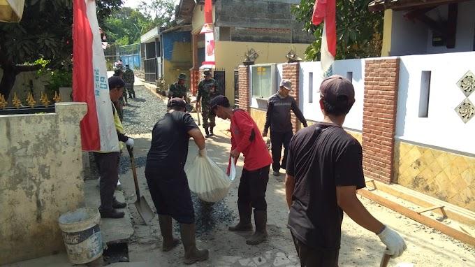 TMMD Hari Ketiga Warga Bersama Satgas TMMD Rapihkan Jalan Swadaya